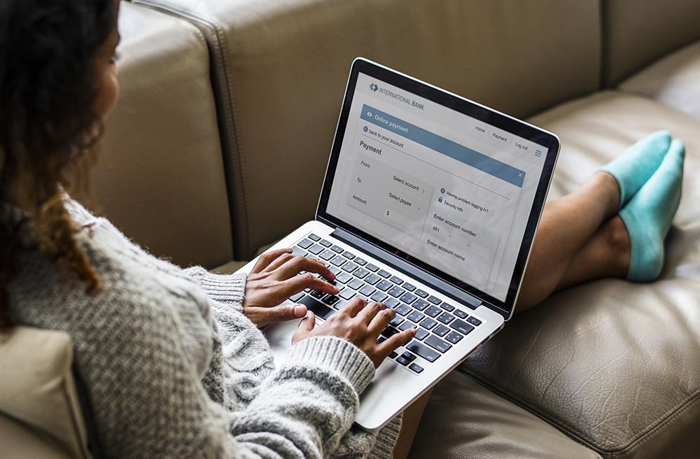 Woman working on a laptop pypszru